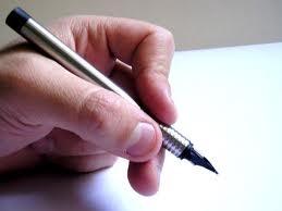 A képen egy kéz látható, amely tollat tart