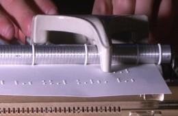 Braille-írógépet láthatunk a képen