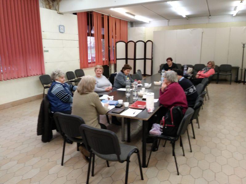 A képen a klubhelység asztala körül ülnek a tagok