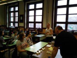 A Braille-írásról a és a pénzfelismerésről beszélgetnek a VGYKE munkatársai a diákokkal