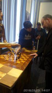 A látogatók egy sakktáblával ismerkednek