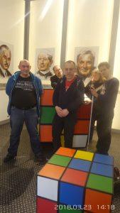 A látógatók két hatalmas Rubik kocka között állnak