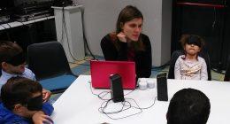 A gyerekek hangokat próbálnak felismerni, amit Bogi egy laptopról játszik le nekik