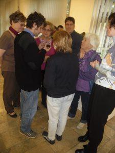A képen az látható, amint a kiállító művész díját megtapintják a tagjaink