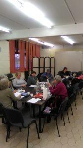 Asztal körül ülve beszélgetnek az újpesti klub résztvevői