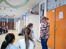 Panka egy önként jelentkező diákkal próbálja ki a látó-vak kísérést
