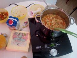 Az elkészült zöldségleves tésztával