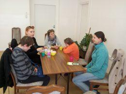 Mikola Gyöngyvér megérkezik az angyalföldi klubnapra és leül a terem közepén lévő asztalhoz