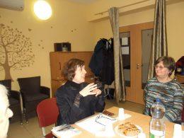 A képen Mohay Orsolya látható, aki előadást tart a kispesti Lámpás Klubban