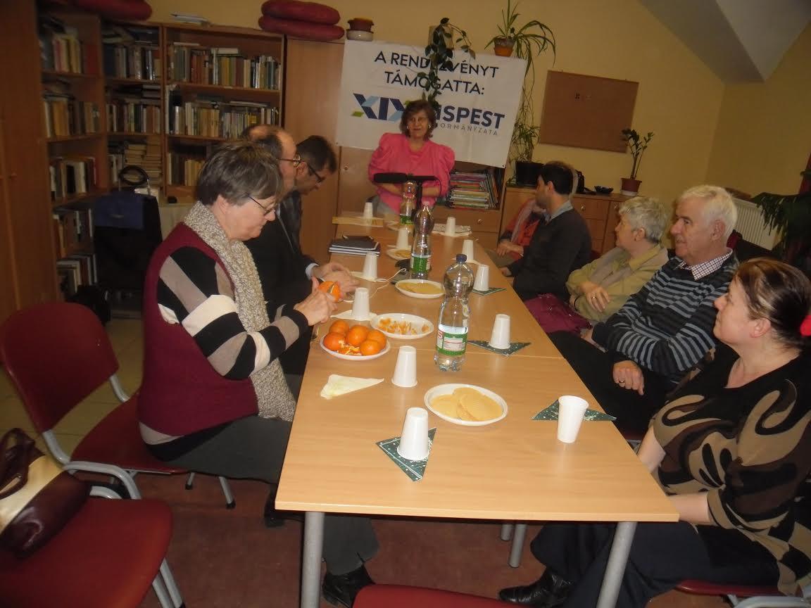 A képen a klub egy pillanata látható, ahol a klubozók az asztal mellett ülnek.