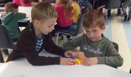 A képen két zuglói ovis játszik az egyik érzékenyítős játékkal