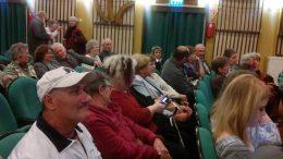 A fényképen az látható, amint a résztvevők ülnek a székeken