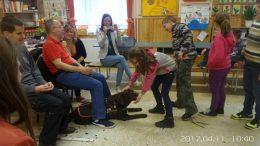 A fényképen az látható, amint a diákok Boncát simogatják