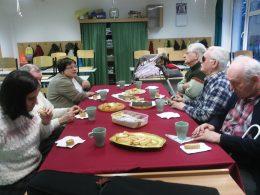 A képen a szentendrei klub tagjai hallgatják Bartolf Zsuzsit énekelni