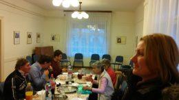 A rákosmenti klubtagok egy gazdagon terített asztal mellett ülnek és finom desszerteket esznek
