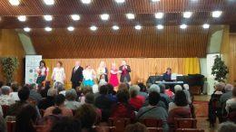 A képen a színpad látható, rajta az előadók éppen énekelnek