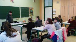 A képen látható, amint a rákosmenti érzékenyítésen a padsorokban ülnek a diákok