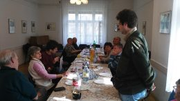 Domoszlai János beszél a rákosmenti klubtagokhoz