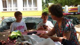 a képen 2 gyermek és Zsuzsa látható