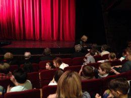 A színházterem belseje látható a képen