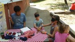 A képen gyerek ügyeskednek szemtakaróban