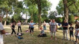 a képen a tagok jóga közben