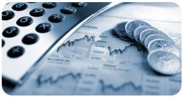A képen grafikonok, számológép és pár érme látható azt jelezve, hogy valaki a bevételeit tervezi