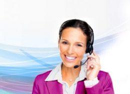 A képen egy hölgy látható, amint hívásokat fogad egy ügyfélszolgálaton