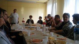 A fényképen a klubnapnak az a pillanata látható, amint a klub tagjai hallgatják Noémi előadását