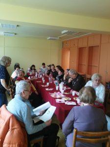 A békásmegyeri klubtagok egy asztal körül ülve beszélgetnek egymással