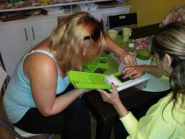 A képen az látható, ahogyan Andrea elmagyarázza a daraboló használatának a módját