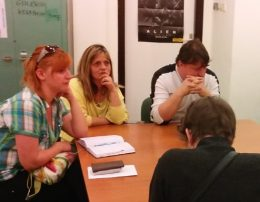 Asztal mellett ülve hallgatják a felolvasást az újbudai klub résztvevői