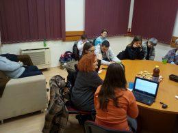 Koltai Juli beszél a tagoknak a színházi projektjéről, melyben a VGYKE-vel közösen valósították meg az audionarrációt
