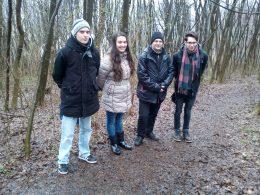 Az erdős terepen áll a csoport néhány tagja