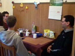 A klubra korán érkezők kialakították maguknak a beszélgetőhelyet és leültek egy asztal köré
