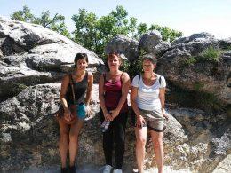 A képen a csoportunk egy része látható az egyik szikla előtt