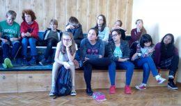 az osztály figyel az érzékenyítést végzők előadására
