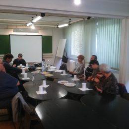 A képen asztal körül ülve látható a 18.kerületi októberi klubnap