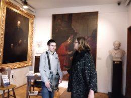 A látogatók közül kettő egy Semmelweis-festmény előtt állnak