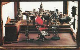 Egy régi fogorvosi rendelő felszerelései láthatóak a képen