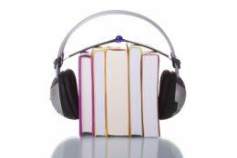 A képen egy könyveket ábrázoló ábra látható, felettük pedig egy mp3 lejátszó és egy fejhallgató