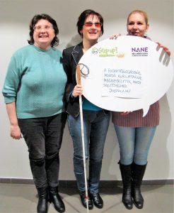 """A képen olvasható felirat: """"A fogyatékosságból adódó korlátaink megnehezítik, hogy segítséghez jussunk."""""""