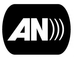 """Mivel az eseményről nem készült fotó, az audionarráció egyezményes magyarországi piktogramjának képét mellékelem, amely a fekete alapon fehér """"AN"""" rövidítés, mellette három félkörívű vonallal (3 db jobb oldali zárójel egymás mellett), mely a hanghullámok terjedését szimbolizálja."""