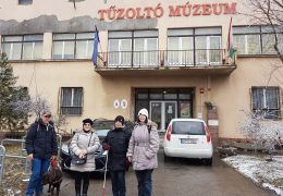 a képen a múzeumlátogatók egy csoportja látható