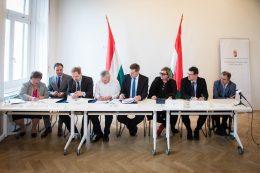 A képen a bejegyzésben felsorolt aláírók láthatóak az aláírás egyik pillanatában