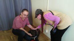 Bonca kutya és a gazdája, Csabi látható a képen, amint valaki simogatja Boncát