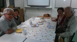 A képen a januári klubnap egy pillanata látható, amikor a klubon megjelentek a kamerába néznek az asztal mellett ülve