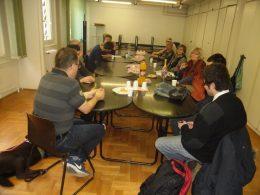 A klubnap egy pillanata látható a képen, amint az asztalok körül ülve nassolunk