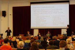 A képen a konferencia egy részlete látható, amikor az egyetem rekotora bemutatja, hogyan oktatják az egyetemes tervezés elvét és gyakorlatát a képzéseiken