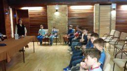 Az egyik gyerekcsoport látható a képen, amint beszélgetnek a csoportunk tagjaival